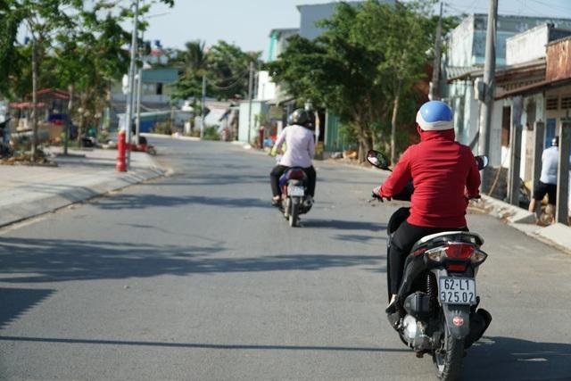 Cán bộ đội nắng, đạp xe cả chục cây số để tìm lao động nhận hỗ trợ - 2