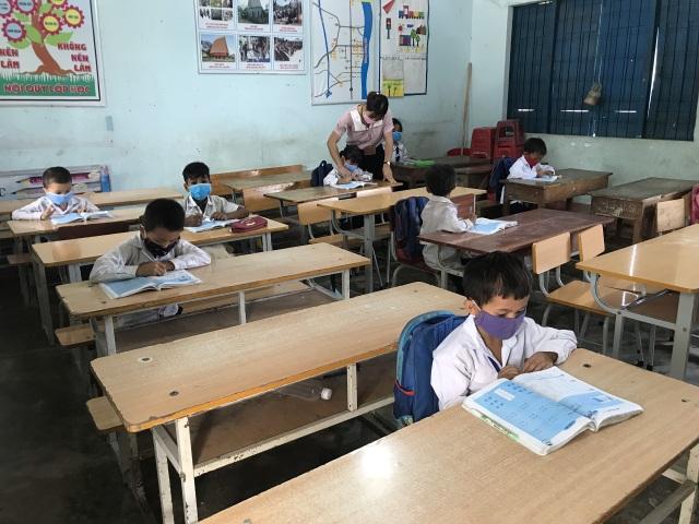 Giãn cách học sinh, 3 thầy cô chia nhau quản 4 lớp - 1