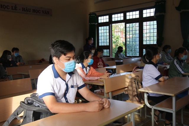 Giãn cách học sinh, 3 thầy cô chia nhau quản 4 lớp - 3