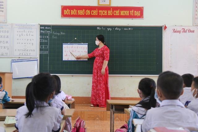 Giãn cách học sinh, 3 thầy cô chia nhau quản 4 lớp - 2