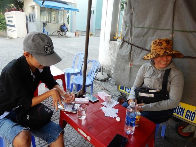 Người bán vé số ở Đà Nẵng: Vui vì có thu nhập trở lại từ nghề cũ - 1