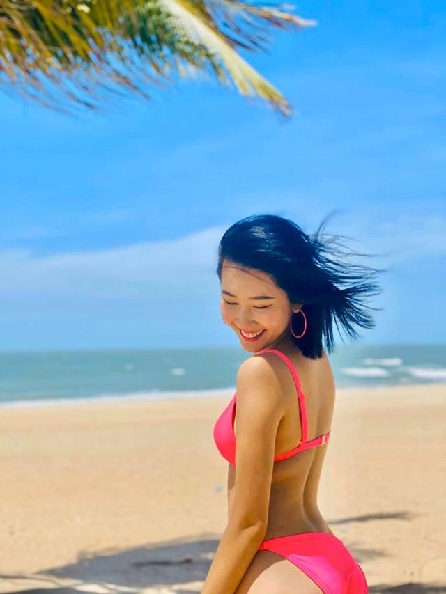Diễn viên Thuý Ngân khoe dáng quyến rũ với bikini bên bãi biển - 10