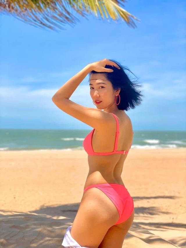 Diễn viên Thuý Ngân khoe dáng quyến rũ với bikini bên bãi biển - 1