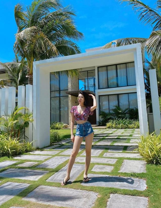 Diễn viên Thuý Ngân khoe dáng quyến rũ với bikini bên bãi biển - 15