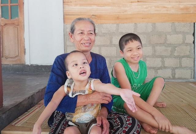Bạn đọc Dân trí giúp đỡ gia đình có 3 con thơ bại não hơn 100 triệu đồng - 2