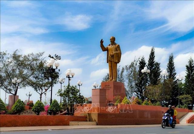 Nhiều ngày canh nắng chọn vị trí đặt tượng đài Bác Hồ trên bến Ninh Kiều - 3