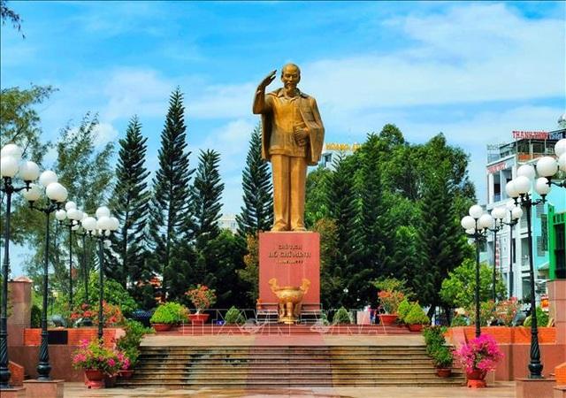 Nhiều ngày canh nắng chọn vị trí đặt tượng đài Bác Hồ trên bến Ninh Kiều - 1