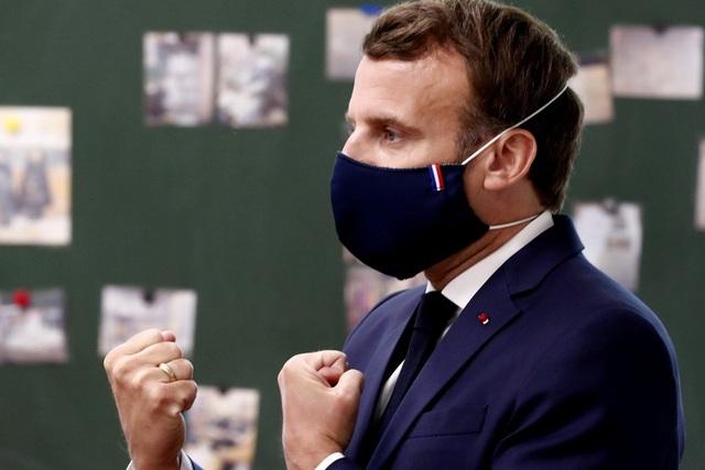 """Tổng thống Pháp """"quảng bá"""" khẩu trang chống Covid-19"""