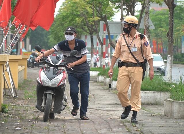 Hà Nội: Quái xế lao thẳng xe vào CSGT rồi nẹt ga bỏ chạy - 1