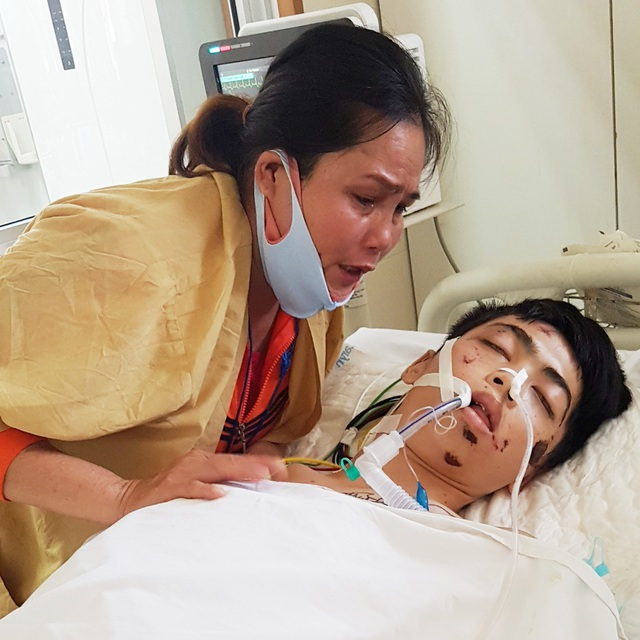 Người mẹ nghèo khóc cạn nước mắt cầu nguyện con trai thoát khỏi tử thần - 2