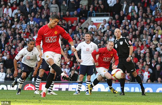 Trọng tài Howard Webb thừa nhận mong C.Ronaldo đá hỏng phạt đền - 2