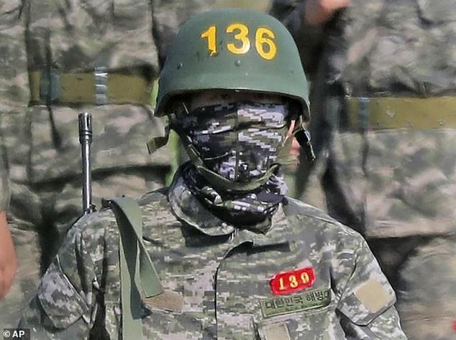 Son Heung Min cực ngầu khi mặc quân phục lính - 2