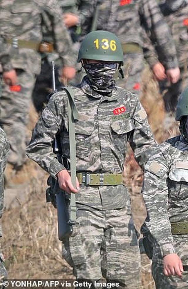 Son Heung Min cực ngầu khi mặc quân phục lính - 1