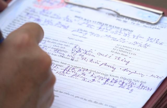 Hà Nội: Quái xế lao thẳng xe vào CSGT rồi nẹt ga bỏ chạy - 3