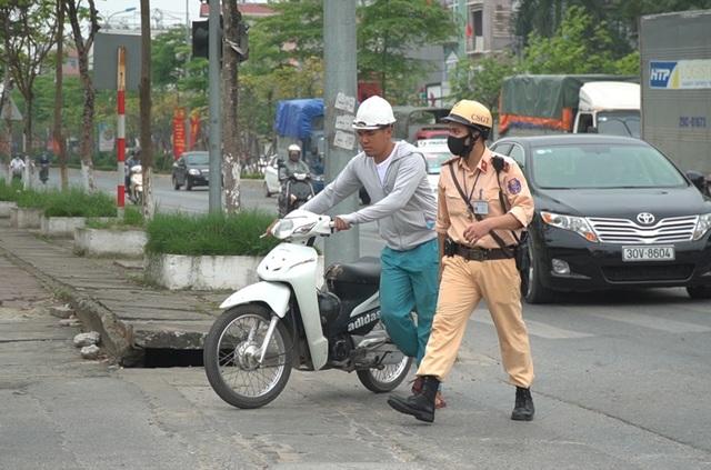 Hà Nội: Quái xế lao thẳng xe vào CSGT rồi nẹt ga bỏ chạy - 4