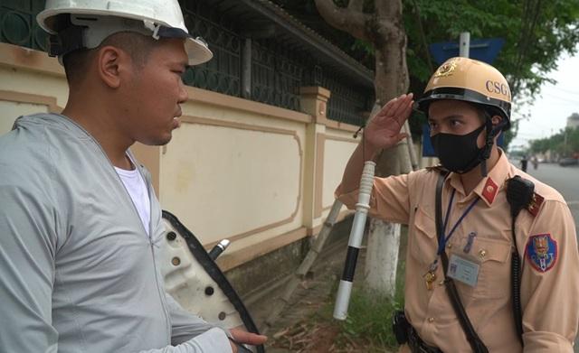 Hà Nội: Quái xế lao thẳng xe vào CSGT rồi nẹt ga bỏ chạy - 5