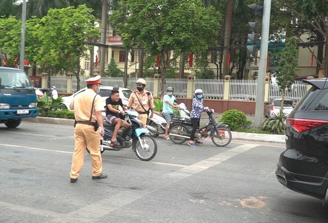 Hà Nội: Quái xế lao thẳng xe vào CSGT rồi nẹt ga bỏ chạy - 6