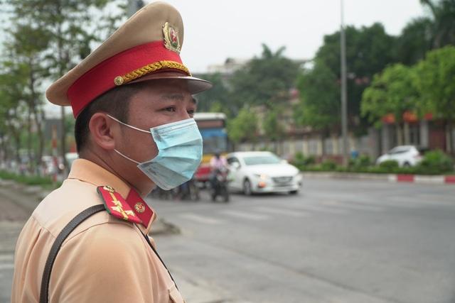Hà Nội: Quái xế lao thẳng xe vào CSGT rồi nẹt ga bỏ chạy - 7