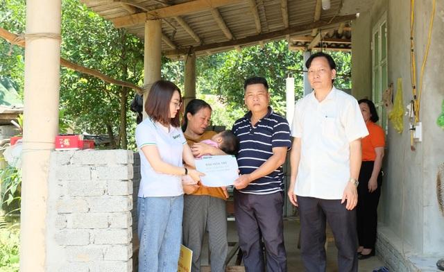 Trao 146 triệu đồng đến người mẹ nghèo không có tiền mổ tim cho con - 1