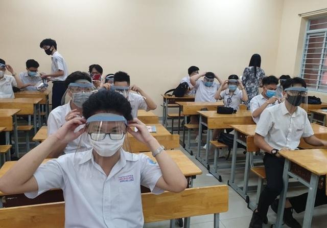 Thủ tướng: Trong lớp vừa đội mũ bảo hộ vừa đeo khẩu trang thì học làm sao? - 2