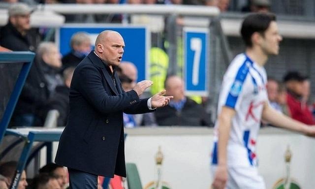 HLV Heerenveen bất ngờ nhận lỗi khi Văn Hậu ít được thi đấu - 1