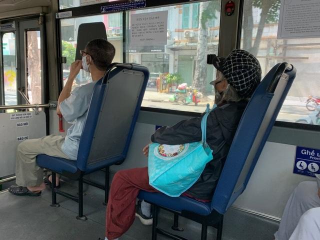 """Người lao động, sinh viên """"nhẹ gánh"""" khi xe buýt được hoạt động trở lại - 1"""