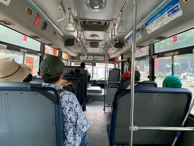 """Người lao động, sinh viên """"nhẹ gánh"""" khi xe buýt được hoạt động trở lại - 2"""