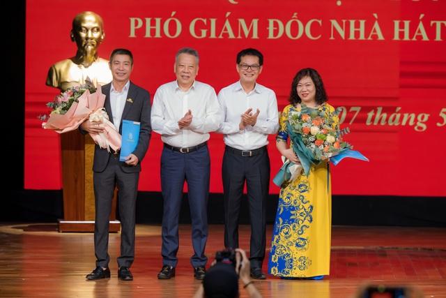 Bạn gái chúc mừng NSND Công Lý lên chức Phó Giám đốc Nhà hát Kịch Hà Nội - 1