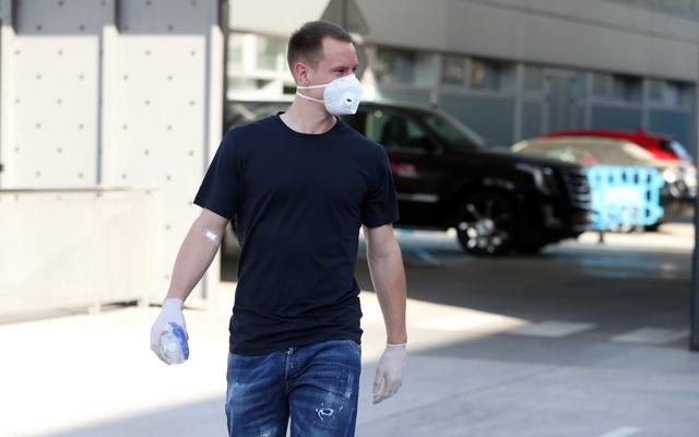 Messi và đồng đội ở Barcelona đeo khẩu trang trở lại sân tập - 4