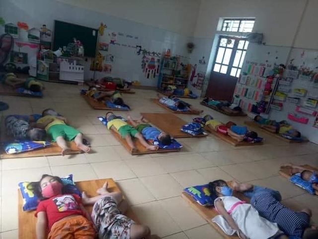 Chấn chỉnh trường mầm non cho trẻ mang khẩu trang khi ngủ - 1