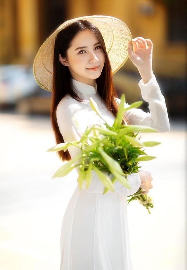 Hoa khôi ĐH Bách khoa đội nón lá khoe sắc bên hoa loa kèn - 1
