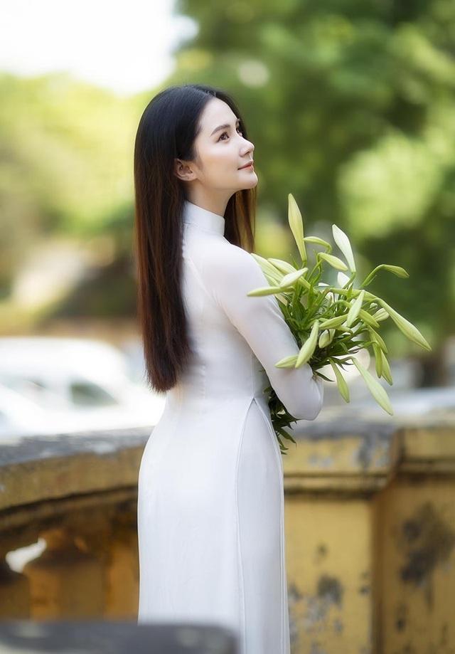 Hoa khôi ĐH Bách khoa đội nón lá khoe sắc bên hoa loa kèn - 2