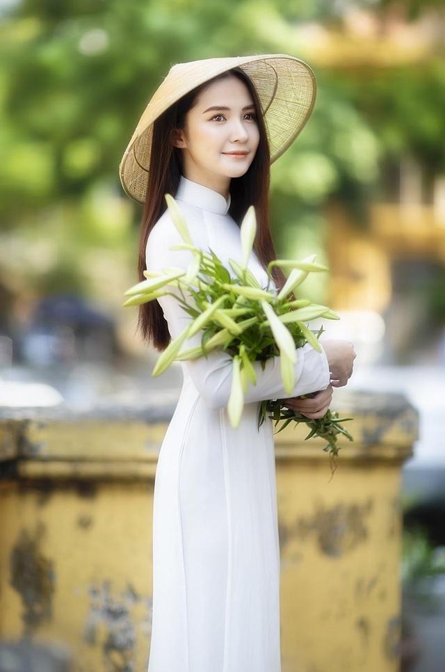 Hoa khôi ĐH Bách khoa đội nón lá khoe sắc bên hoa loa kèn - 3