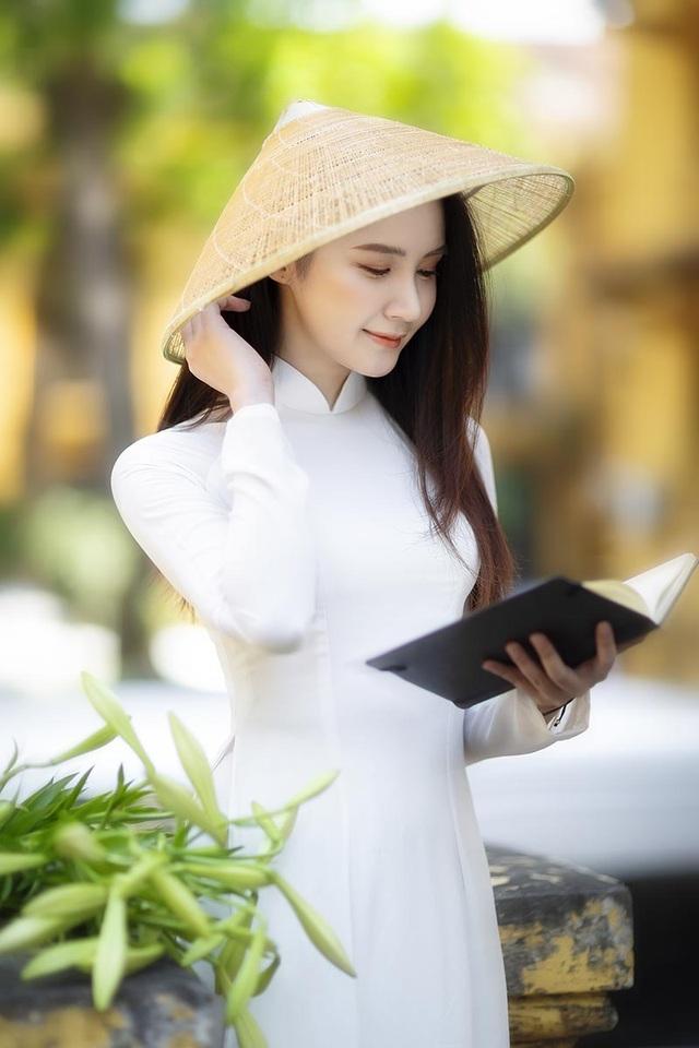 Hoa khôi ĐH Bách khoa đội nón lá khoe sắc bên hoa loa kèn - 4
