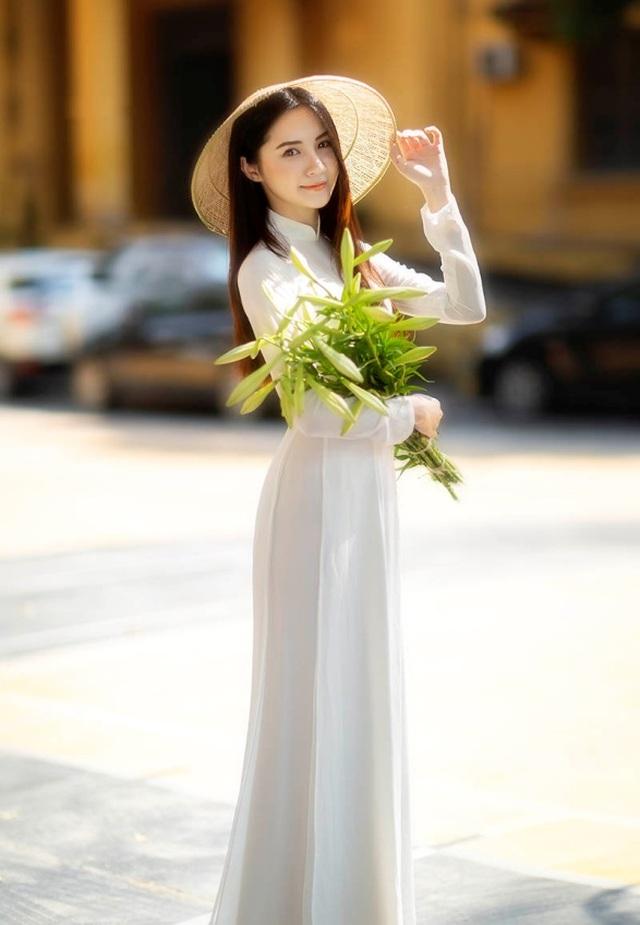 Hoa khôi ĐH Bách khoa đội nón lá khoe sắc bên hoa loa kèn - 5