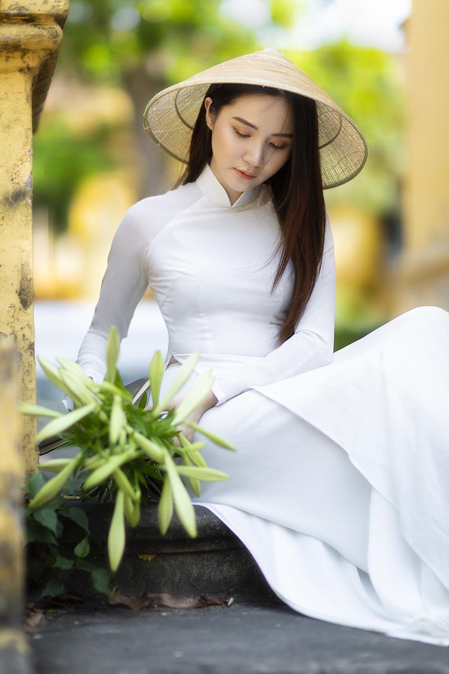 Hoa khôi ĐH Bách khoa đội nón lá khoe sắc bên hoa loa kèn - 9