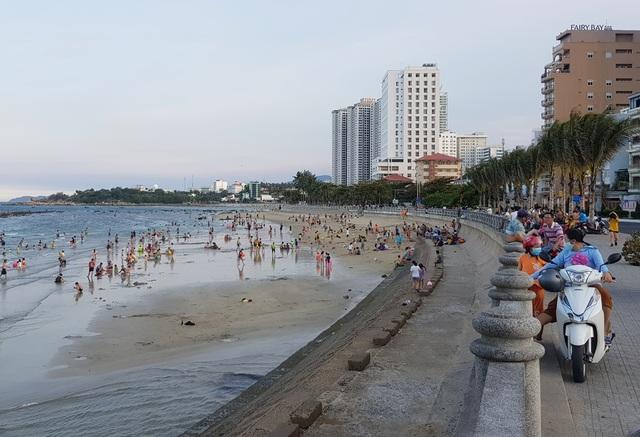 Bãi biển Nha Trang nhộn nhịp mùa nước cạn, phát lộ nhiều bãi đá - 2