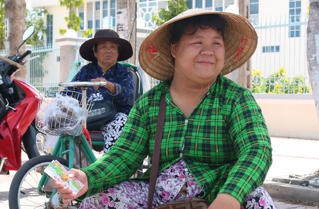 Vĩnh Long: Người bán vé số dạo trông chờ hỗ trợ từ gói 62.000 tỷ đồng - 1