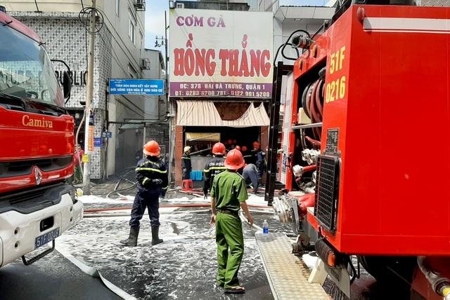 Cháy quán cơm gà ở trung tâm Sài Gòn, 4 người bị bỏng - 1