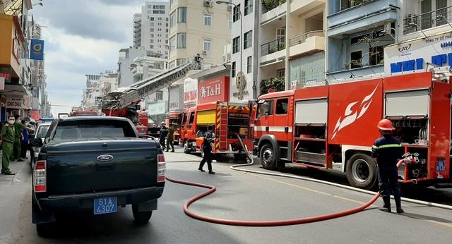 Cháy quán cơm gà ở trung tâm Sài Gòn, 4 người bị bỏng - 2
