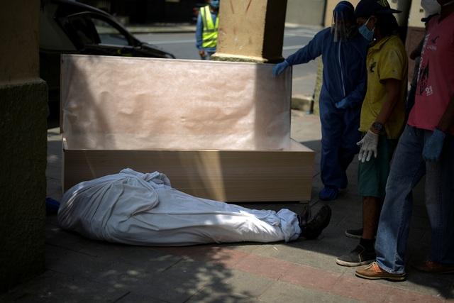 """Bi kịch bới xác tìm người nhà tại ổ dịch """"Vũ Hán ở Mỹ Latinh"""" - 2"""