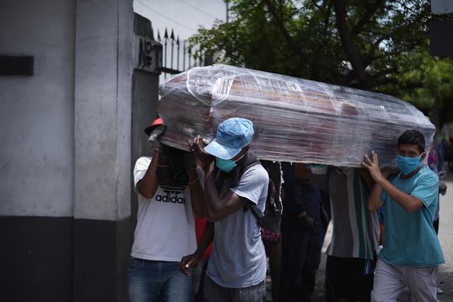 """Bi kịch bới xác tìm người nhà tại ổ dịch """"Vũ Hán ở Mỹ Latinh"""" - 3"""