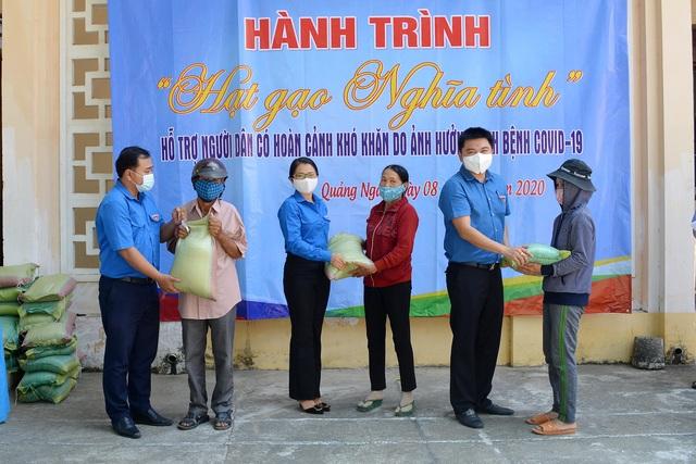 Quảng Ngãi: Áo xanh góp 10 tấn gạo giúp người nghèo sau dịch Covid-19 - 1