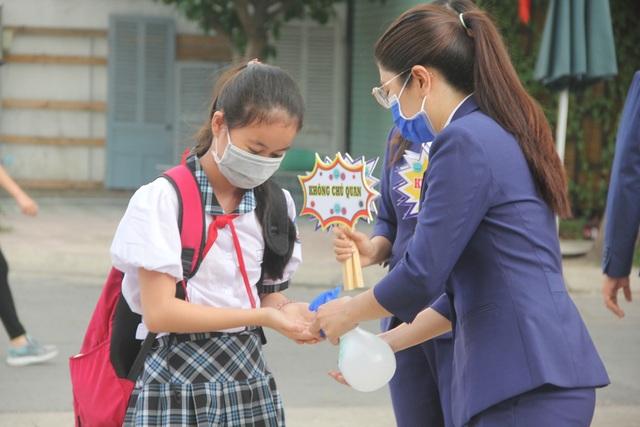 Học sinh tiểu học đi học lại: Chào cờ trong lớp, phụ huynh không vào trường - 2