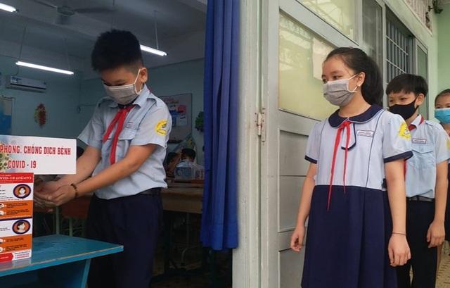 """Thầy cô """"hóa"""" siêu nhân, công chúa đón học sinh ngày đầu trở lại trường - 4"""