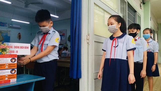 Học sinh tiểu học đi học lại: Chào cờ trong lớp, phụ huynh không vào trường - 3