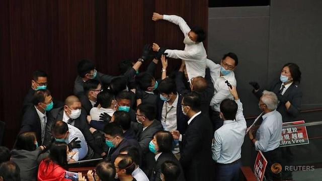 Nghị sĩ Hong Kong ẩu đả giữa cơ quan lập pháp - 1