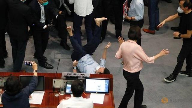 Nghị sĩ Hong Kong ẩu đả giữa cơ quan lập pháp - 2