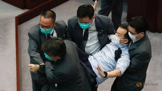 Nghị sĩ Hong Kong ẩu đả giữa cơ quan lập pháp - 3
