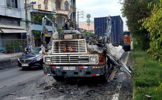 Tài xế bung cửa thoát khỏi chiếc xe container bốc cháy dữ dội - 2
